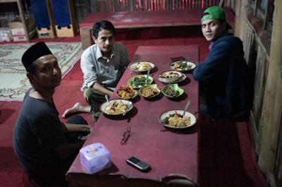 Romi Perbawa (kiri) bersama Muhammad Al Faris (tengah) dan Nakula (kanan). Foto: Arief Priyono