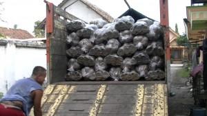 Distribusi gula merah Slumbung juga sampai luar Pulau Jawa. (foto: Danu Sukendro)