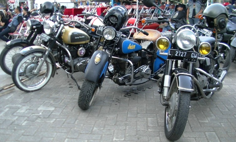 Motor-motor antik dari berbagai jenis mejeng. Rata-rata usia motor ini buatan di bawah tahun 1960. (foto: Danu Sukendro)
