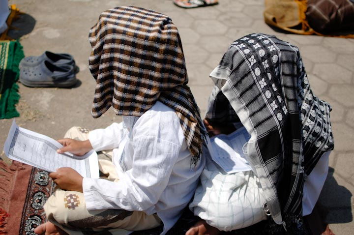 Para santri membaca doa.