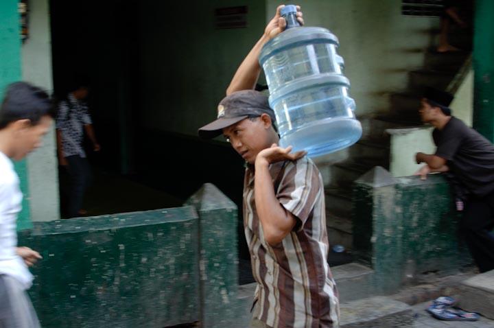 Santri memesan air isi ulang dalam galon untuk kebutuhan minum sehari-hari.