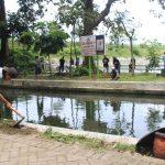 Dengan guyub, mereka beramai-ramai membersihkan area kolam.   Foto : Puguh Asmani