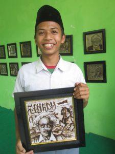 Khaliful Aqsom, siswa MA Ma'arif NU dan karyanya yang berjudul 'Mbah Bisri Syamsuri Sang Pejuang'. (foto: MK. Nur Habib)
