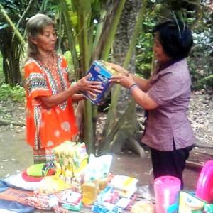 Humas PT Gudang Garam Tbk. menyerahkan sumbangsih untuk Kati (poto: Sri Dento Dwipoyono)