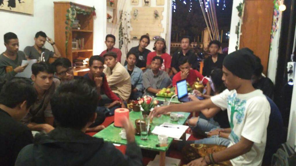 Saling sahut antara pemantik dan peserta diskusi (Foto : Dokumentasi Bangsal Je)