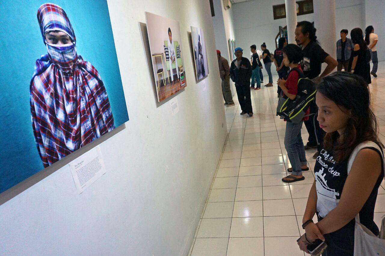Seorang pengunjung sedang mengamati potret seniman Eko Nugroho yang dalam pameran Art Begins at 40. (Foto : Adhi Kusumo)